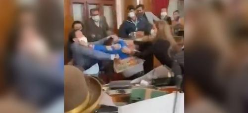 Bolivie: des parlementaires s'expliquent à coups de poing (vidéo)