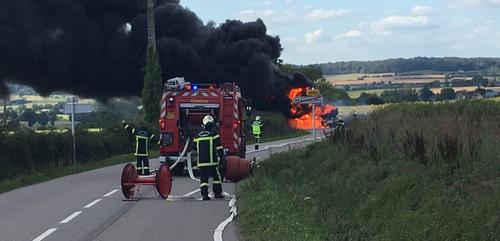 Un camion de fuel en feu !