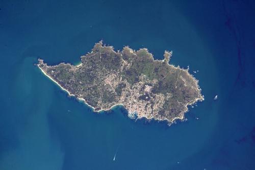 La presqu'île de Quiberon et l'Ile d'Yeu vues du ciel