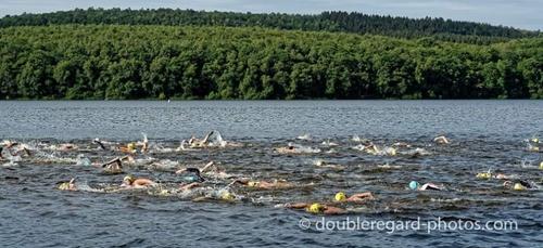 Une centaine de nageurs vont s'attaquer à la traversée du lac des...