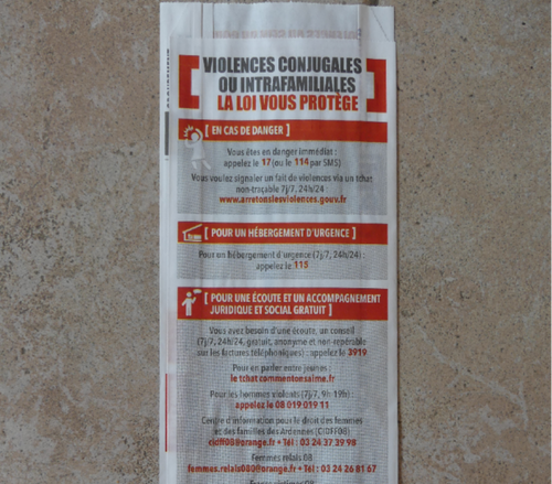 Les numéros d'aide aux victimes de violences conjugales imprimés...