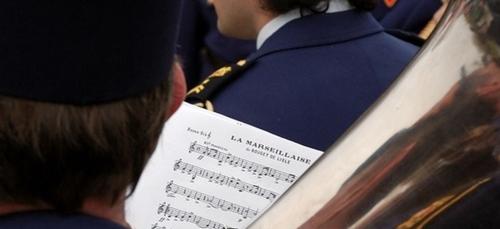 Quand des apprentis militaires massacrent la Marseillaise ! (vidéo)