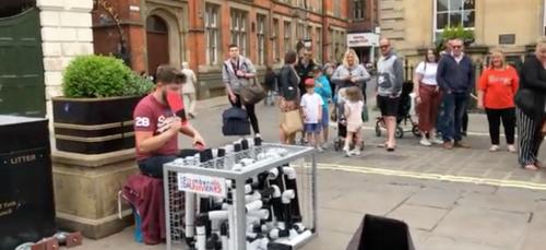 Cet Anglais fait de la musique avec des tuyaux de plomberie (Vidéo)