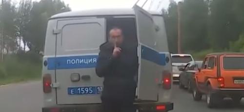 Un détenu s'échappe d'un fourgon de police bloqué dans les...