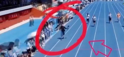 Chargé de filmer un 100 mètres, un étudiant caméraman remporte la...
