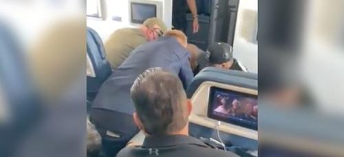Un passager tente d'ouvrir la porte de l'avion en plein vol pour...