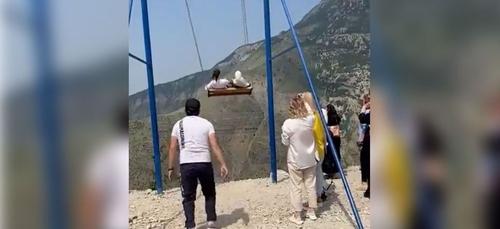 Suspendues en haut d'une falaise, elles survivent miraculeusement à...