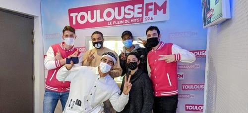 Superboumj débarque dans les studios de Toulouse FM pour faire une...