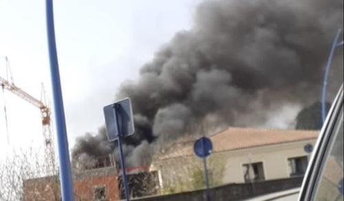 VIDÉO - Violent incendie et explosion dans un collège de...