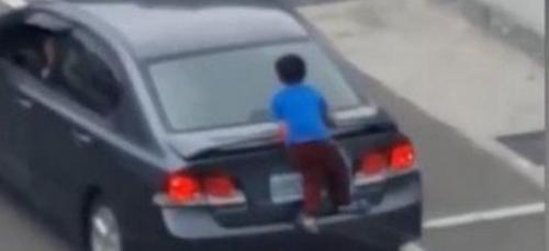 Un enfant s'accroche à la voiture de sa mère qui souhaite...