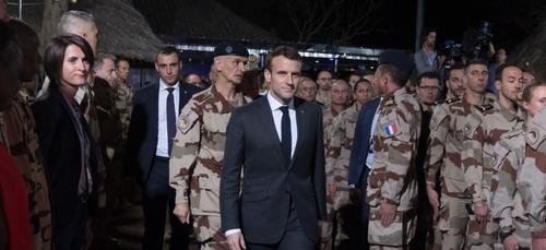 Un militaire s'évanouit devant Emmanuel Macron (vidéo)
