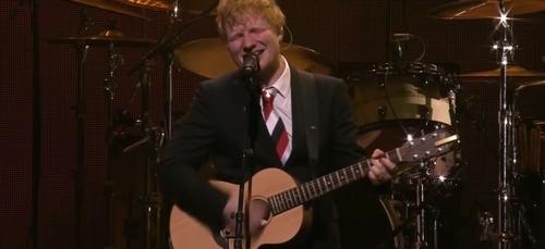 Ed Sheeran apparaît très ému sur scène en chantant un titre écrit...
