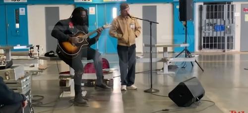 Quand Justin Bieber donne un concert au cœur d'une prison (vidéo)