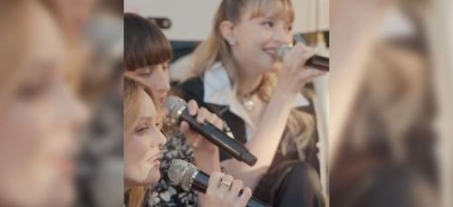 Quand Angèle partage la scène avec Vanessa Paradis lors d'un...