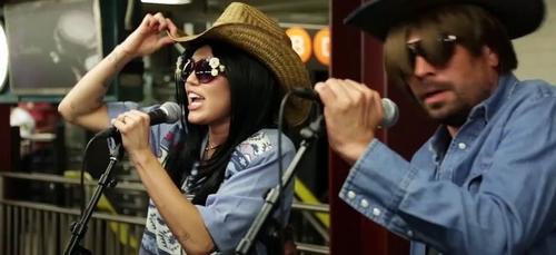 Miley Cyrus se déguise pour chanter dans le métro incognito !