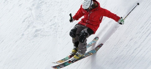 En plein confinement, il livre du gel et des masques à ski