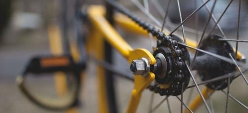 Ils réparent gracieusement les vélos des soignants